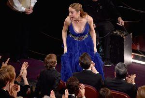Бри Ларсон перед получением «Оскара» за лучшую женскую роль.