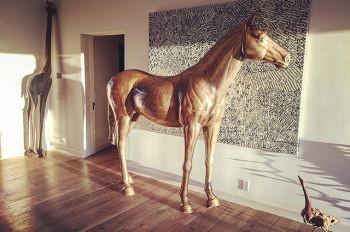 Статуя лошади на вечеринке