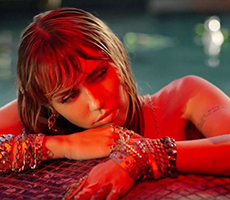 Майли Сайрус выпустила клип на песню «Slide Away»